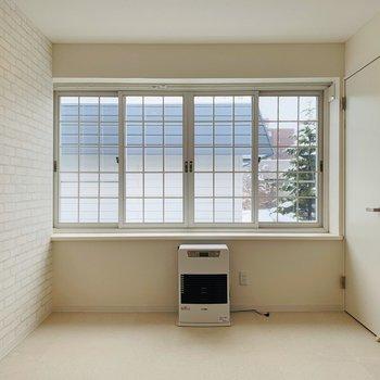 廊下突き当りのお部屋。リビング同様大きな格子窓です!さらに南向き、、※写真は内装前のものです