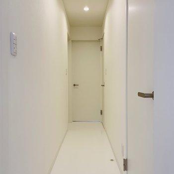 廊下を通って各洋室へ。ホワイトで明るい廊下◎※写真は内装前のものです