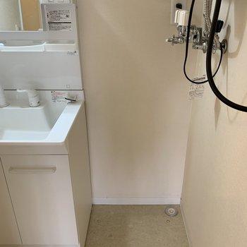 お隣には洗濯機置き場※写真は内装前のものです