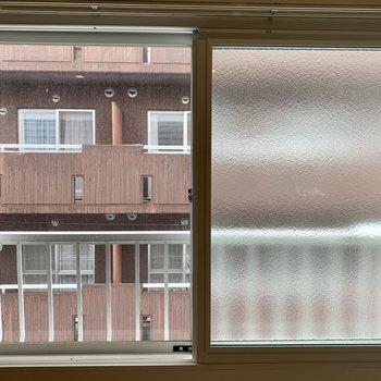 お隣さんが近め。眺望や日当たりは望めなそうです※写真は内装前のものです
