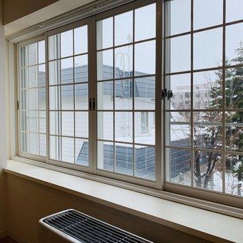 出窓は南向きで大きい!格子窓もヨーロッパ風でいいアクセント♪※写真は内装前のものです