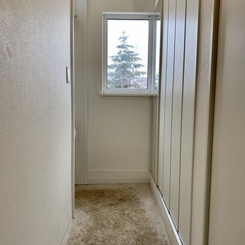 玄関は細長いタイプ。細長い分シューズボックスは2つ!※写真は内装前のものです