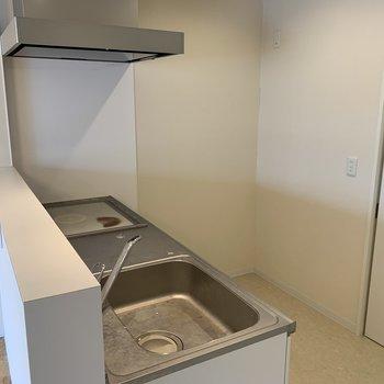 キッチンはカウンタータイプ。カウンター越しに会話も弾みます♪※写真は内装前のものです