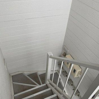 こちらの階段で3階へ
