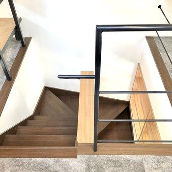 それでは階段を下ります。
