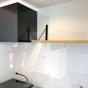 【LDK】キッチン上部にも収納があります。