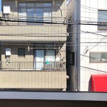 【LDK】窓からは向かいの通りの建物が見えます。