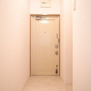 玄関は広いです!右の陰にシューズボックスが隠れています。