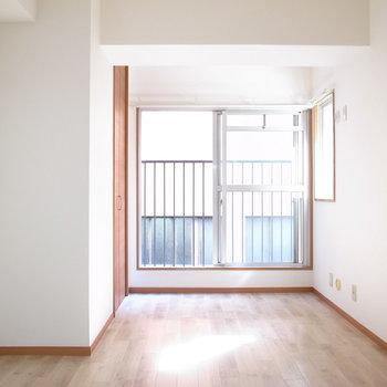 【洋室約6.5帖】隣室にくらべて凸凹気味。くぼみに合わせて棚を配置すればすっきり!