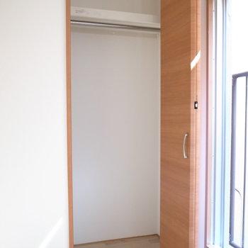 【洋室約6.5帖】こちらはハンガーポールが設けられています。