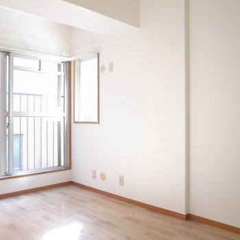 【洋室約6.5帖】こちらはベランダはなく、大きな窓になってます。