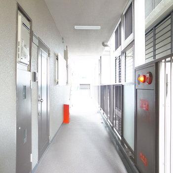 【共用部】エレベーターを出て左を向くとすぐにお部屋です。