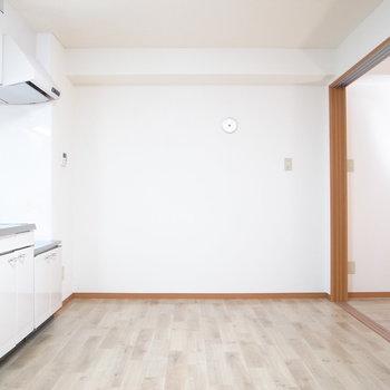 【LDK】となりの6.5帖の洋室とはスライドドアで分かれています。