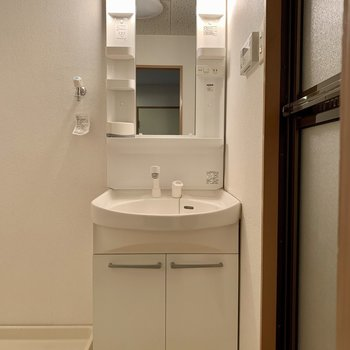 洗面台はちょうどいいサイズ感(*写真は別部屋のものになります)