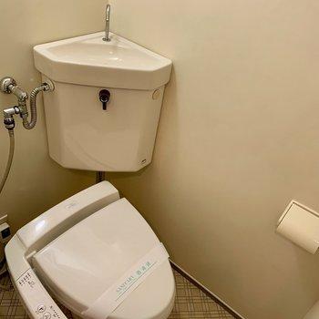 トイレには収納場所がなかったので、カゴをおいてみてください(*写真は別部屋のものになります)