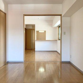 【洋室】スライドドアを開けると開放感が溢れます。