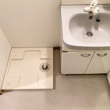 洗面台の横に洗濯機置き場がありました。