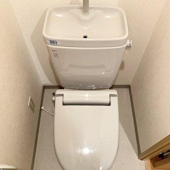 清潔感のある個室トイレ。