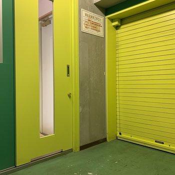 鮮やかカラーのガレージ!※写真は5階の同間取り別部屋のものです