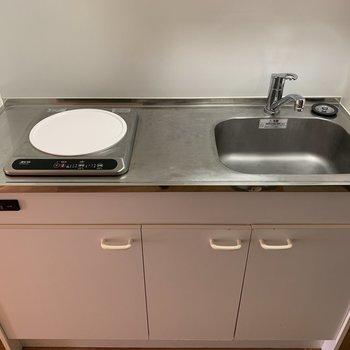 キッチンには1口のIHヒーターが付いてます※写真は5階の同間取り別部屋のものです