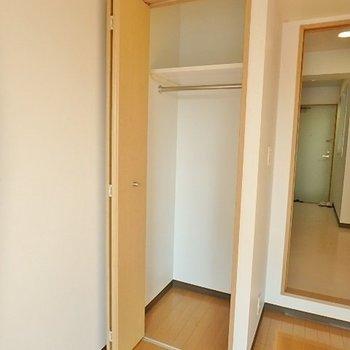 丈の長いお洋服もかけられます※写真は5階の同間取り別部屋のものです