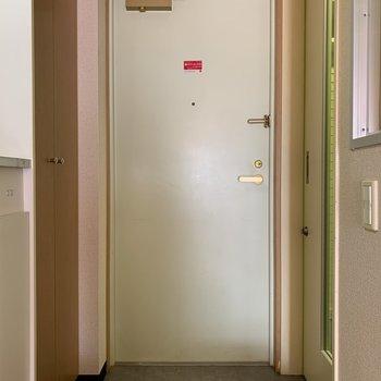 玄関入って左側にガレージへの扉があります※写真は5階の同間取り別部屋のものです