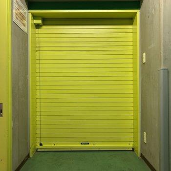 ガレージ、明るい黄色でテンション上がります※写真は5階の同間取り別部屋のものです