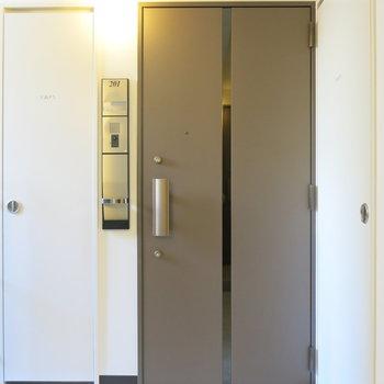 玄関にはオートロック!(※写真は2階の同間取り別部屋のものです)