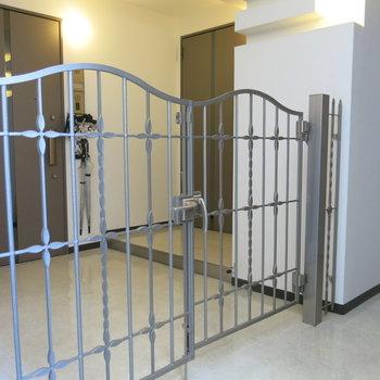 玄関前には専用ゲート、、、