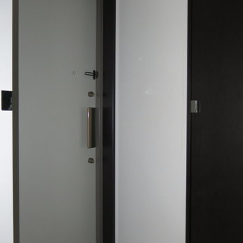 玄関はこんな感じ!(※写真は2階の同間取り別部屋のものです)