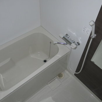 浴室はゆったりめ〜(※写真は2階の同間取り別部屋のものです)