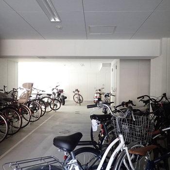 共用部】駐輪場は建物の中です。