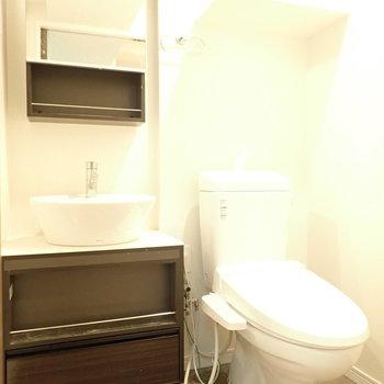 洗面台とトイレはおとなりさん。