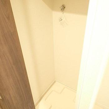 洗濯機は玄関に。扉で隠せます!