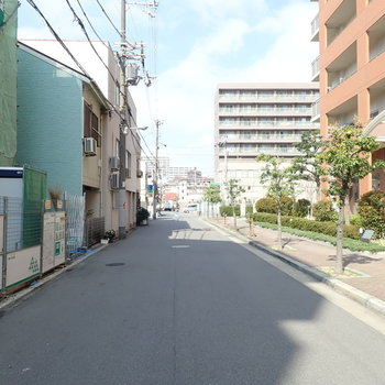 周辺は交通量の少ない住宅街です。