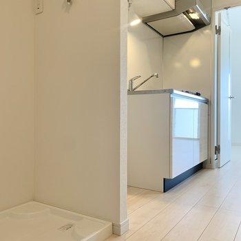 洗濯機は冷蔵庫横に置けます。※写真は9階の同間取り別部屋のものです