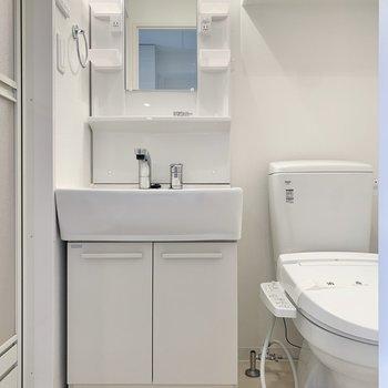 トイレは脱衣所内にあります。※写真は9階の同間取り別部屋のものです