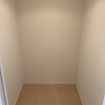 廊下の途中に納戸があります。