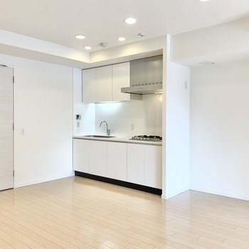 【LDK】キッチン横に冷蔵庫が置けますね。