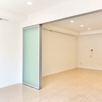 【洋室】壁にはピクチャーレール付き。