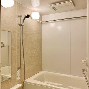 ゆったりとした浴室。淡い模様の入った壁がキレイです。