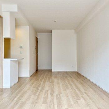 【LDK】廊下への扉手前に収納スペースがあります。