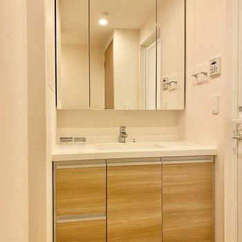 ワイドサイズの洗面台。シンプルな美しさ。
