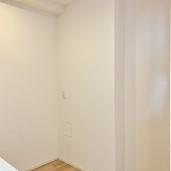 【LDK】振り返ると冷蔵庫などを置けるスペースがあります。