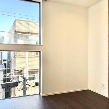 【Room】大きな窓が、空間を広く感じさせます。