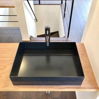 ブラックの洗面台が美しいです。