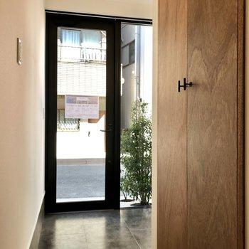 玄関前にはクローゼットが。