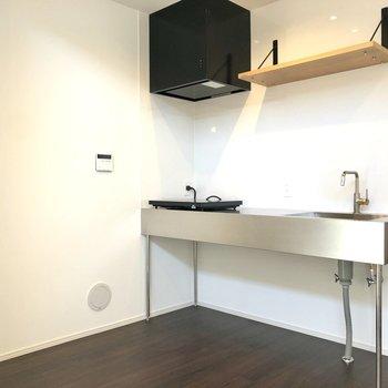 【LDK】収納棚も備え付きのキッチン。