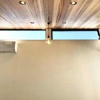 【LDK】天井は傾斜し、明るい日差しを届けてくれています。
