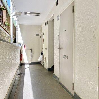 お部屋は2階エントランスから階段を下った先にあります。